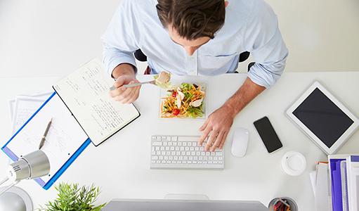 Llevar la comida de casa es uno de los hábitos saludables en oficina