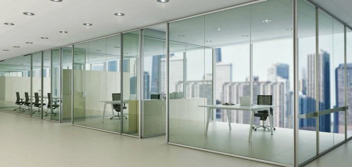 Otra de las claves en decoracion de oficinas modernas es el cristal