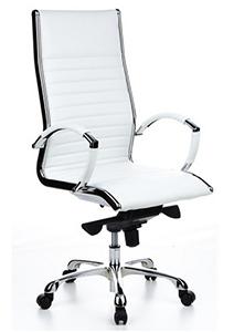 Elegante silla en piel blanca y estructura cromada