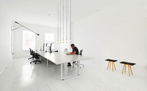Oficina minimalista con predominio de blanco
