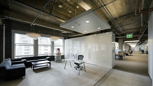 Suelo hormigón oficina estilo industrial