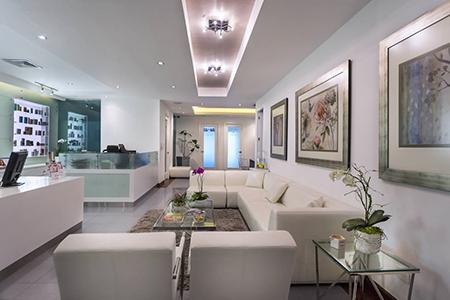 Mobiliario sala de espera elegante y minimalista