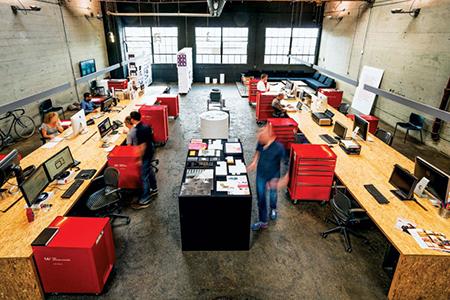 Oficina ordenada estilo espacio abierto