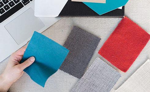 Tapizar silla oficina eligiendo muestras de tela