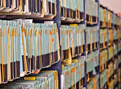 Archivador con carpetas colgantes llenas de documentos